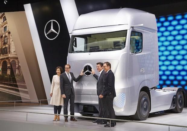 Photo of Bundesverkehrsminister Dobrindt besucht Daimler AG auf der 65. IAA