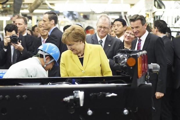 Bild: Bundeskanzlerin Dr. Angela Merkel, Dr. Albert Kirchmann, Präsident & CEO Mitsubishi Fuso Truck and Bus Corporation und Head of Daimler Trucks Asia, sowie Dr. Wolfgang Bernhard, im Vorstand der Daimler AG verantwortlich für Daimler Trucks & Buses. Quelle: Daimler AG.