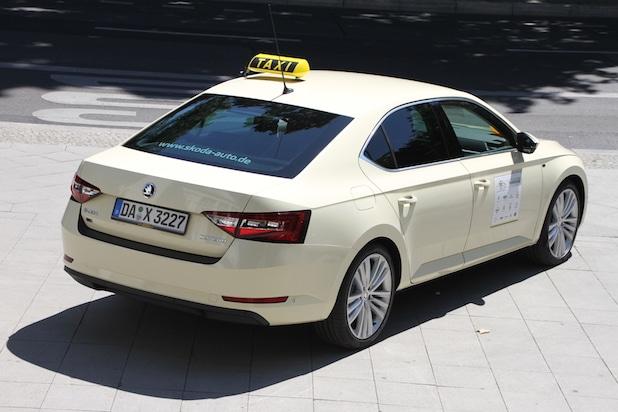 Photo of Doppelsieg bei Europas größtem Taxi-Test: Neuer SKODA Superb ist 'Taxi des Jahres'