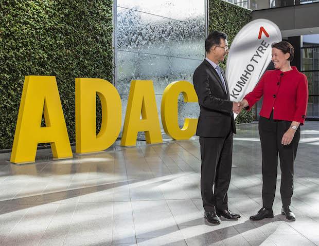 "Kim Charles - Khumo (links) Andrea Stehmeyer - ADAC Stiftung ""Gelber Engel"" (rechts) Foto: Kumho Tire Europe GmbH"