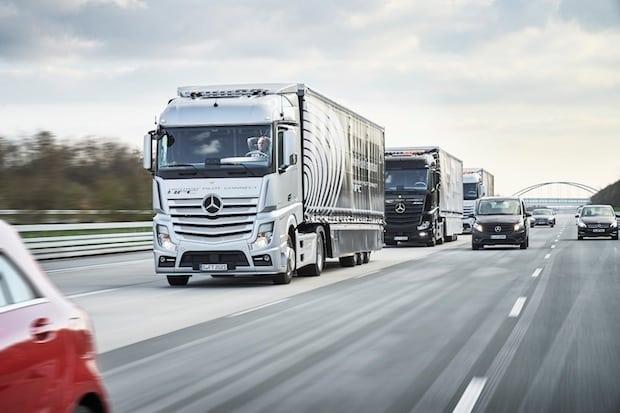 Photo of Drei autonom fahrende und vernetzte Mercedes-Benz Lkw fahren im Verbund von Stuttgart nach Rotterdam