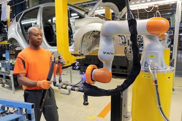 Photo of Arbeiten Hand in Hand dank Industrie 4.0: Ford in Köln setzt auf kollaborierende Roboter für zusätzliche Ergonomie