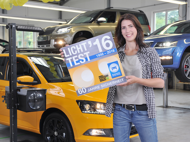 """Jasmin Koch präsentiert die Licht-Test-Plakette 2016 - Quelle: """"obs/Zentralverband Deutsches Kraftfahrzeuggewerbe/ProMotor"""""""