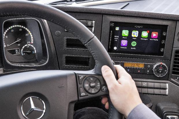Photo of Trendsetter Mercedes-Benz: Apple CarPlay™ und Android MirrorLink™ ab sofort auch im Lkw