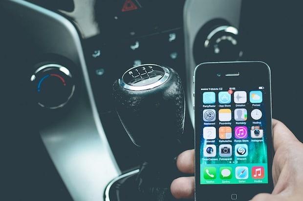 Photo of Jeder zweite Autofahrer betätigt das Handy beim fahren